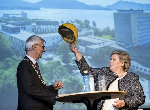 NHH-rektor Øystein Thøgersen tok gladelig imot anleggshjelmen statsminster Erna Solberg plasserte på hodet hans.