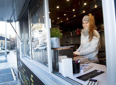 Dominika Bagnucka (25) jobber for Foodiewagon, som blir å finne med matvogn på Torget hver dag ut mars.