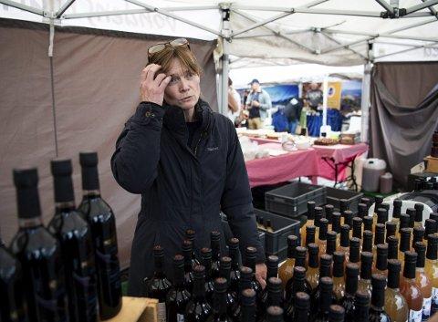 Guro Øverby er medeier i Hardanger Cideri AS. Lørdag solgte hun saft og juice på Bondes Marked i sentrum, men sideren med 4,7 prosent alkohol får hun ikke lov til å selge. FOTO: RUNE JOHANSEN