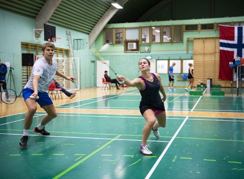 Vera Ellingsen (t.h.) tilbringer opp mot 24 timer i badmintonhallen på Tertnes hver uke. Denne helgen ble det arrangert U23-NM på hjemmebane. Her spiller Ellingsen mixed sammen med klubbkamerat Andreas Andersen. Foto: Emil Weatherhead Breistein