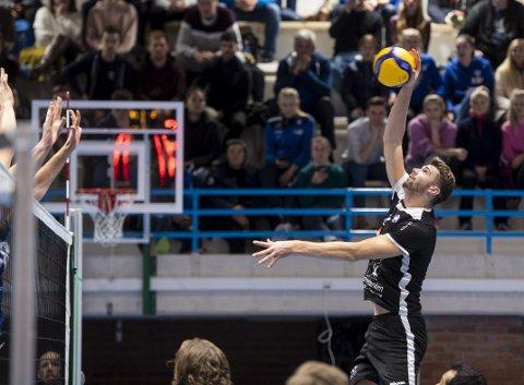Anders Mol elsker å spille volleyball, enten det er ute eller inne. Han håper noen måneder med innendørs volleyball skal gjøre ham enda bedre til utendørssesongen starter.