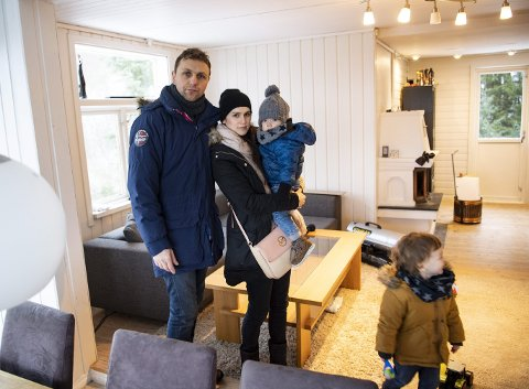 Mariusz og Katarzyna Myszoglad viste frem hytten til BA tidligere i år sammen med Filip (3) og Karol (1). Nå har familien fått hevet kjøpet etter en dom i Bergen tingrett. ARKIVFOTO: EMIL WEATHERHEAD BREISTEIN