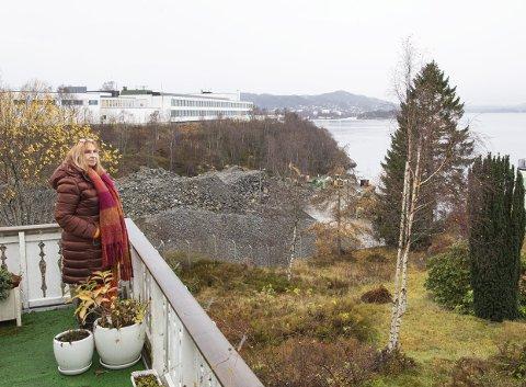 Inger Johanne Bjørgvik er nærmeste nabo til knuseverket. – Det har vært fantastisk her når det ikke har vært arbeid på området. Vi har kunnet være i hagen og på terrassen og slappe av, sier hun. ARKIVFOTO: EMIL WEATHERHEAD BREISTEIN