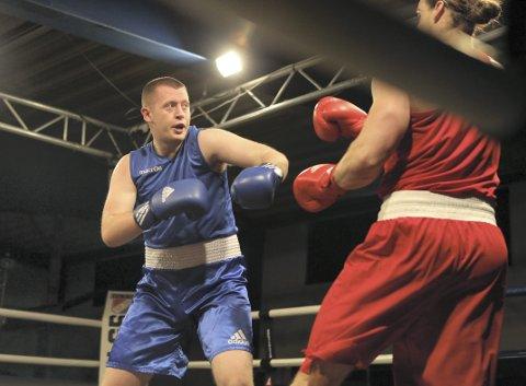 Tobias Bognø Yrvin (blå) tapte mot Erlend Haugan Salmon i helgens norgesmesterskap i boksing. 20-åringen fra Bergen får likevel skryt av proffbokser og sparringpartner Kai Robin Havnaa.
