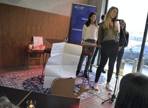 Christine Øvstedal presenterer kort ideen om bosspannene, eller hvalene, som de vil sette ut for å samle plast. Med seg på scenen har hun Sara Pezelj (t.v.), Snorre Alvsvåg og Maiken Hågård.