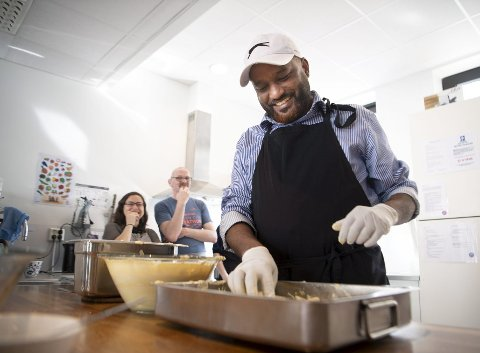 Shihab Mohammad fra Sudan har lært seg norsk i løpet av de to årene som frivillig på Robin Hood Huset.