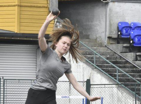 13 år gamle Helene Hoddevik Sunnset (Gneist) deltok på kretssamlingen på Fana stadion. Hun har drevet med friidrett i mange år, og er med på de aller fleste øvelsene.