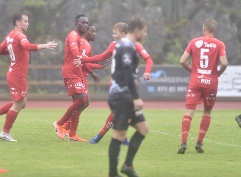 Her gratuleres Daouda Bamba med målet mot Sogndal i regnværet på Bømlo, men det er langt fra den viktigeste hendelsen i hans liv i pinsehelgen!