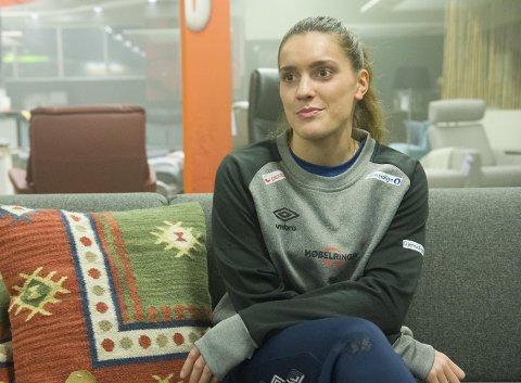 Stine Skogrand (26) er tilbake på håndballbanen tre måneder etter fødselen. Hernings-Ikast-trener Mathias Madsen mener at comebacket sier noe om treningsfliden til bergenseren.