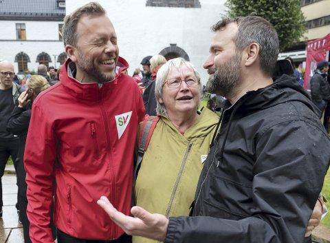 Partileder Audun Lysbakken (t.v.) var i strålende humør under søndagens valgkampåpning for SV. Her sammen med leder av nominasjonskomiteen Ragnhild Hedemann og listetopp Mikkel Grüner. FOTO: Linda HILLAND