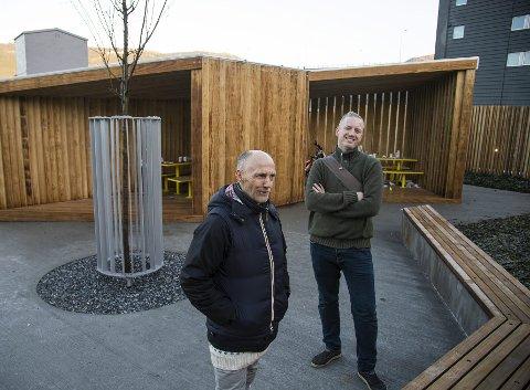 Bjørn Olav og Kristoffer håper det etter hvert vil være mulig å bruke uteområdet uten å bli gjennomvåt.