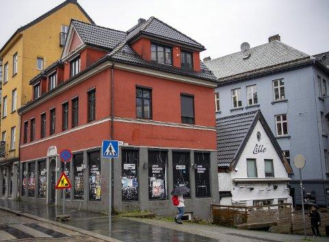 I LYSLØYPEN: Huset i krysset Torggaten/ Vaskerelven har stått tomt i fem år. Dersom byrådet godkjenner søknaden om skjenkebevilling 3. desember, åpner folkene bak Lille Bar (til høyre i bakken) et nytt restauranthus her. Betegnende nok skal det hete Red House. FOTO: EMIL W. BREISTEIN
