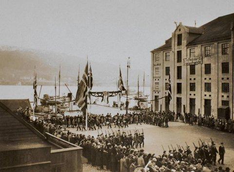Kaggene med avføring ble fraktet til nærmeste kai, så som «Bosskaiene» i Skuteviken og Nordre Nøstekai, og plassert på en lekter. Deretter ble det fraktet til Breiviken. Her er Nordre Nøstekai i 1929 da Værftets Kompani feiret sitt 35-års jubileum.
