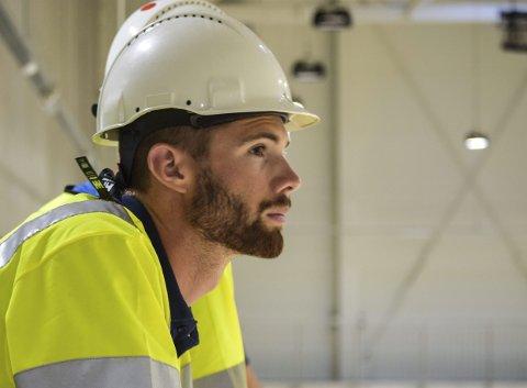 Anders Mol (bildet) og Christian Sørum er rangert som verdens beste sandvolleyballpar. Med alle fasiliteter både på sand og parkett under bygging i Åsane, vurderer Mol å kjøpe bolig i Bergen. Her kikker han ut over hovedarenaen.
