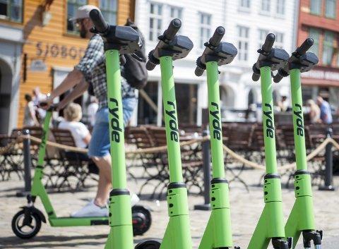 Fredag rundt lunsj kom de nye el-løperhjulene på plass på Bryggen. Med en smarttelefon kan du leie dem og sette dem fra deg hvor du vil i sentrum. Firmaet som setter dem ut bryr seg ikke om at de ikke har tillatelse verken fra politi eller fra kommunen. FOTO: AGNIESZKA IWANSKA