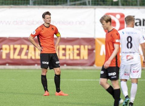 KNUST: Kaptein Martin Ueland og resten av Åsane måtte se seg knust og var langt nede etter 1-4-tap mot Sogndal i seriepremieren etter opprykket. – Dette var en tankevekker for oss, sier venstrebacken. FOTO: ANDERS KJØLEN