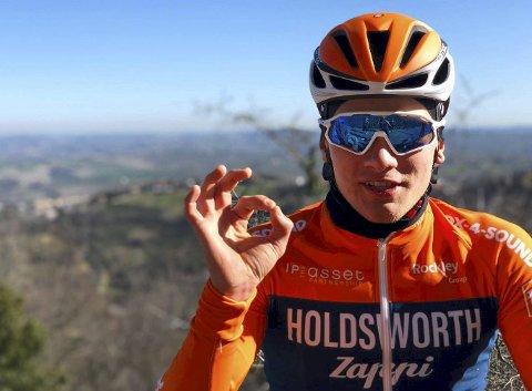 Karl Johan Tronstad sykler for den britiske klubben Holdsworth Zappi Cycling Team, som har base i Italia og trenes av den tidligere proffsyklisten Flavio Zappi. Nå skal 22-åringen være med i U23-versjonen av Giro d'Italia.