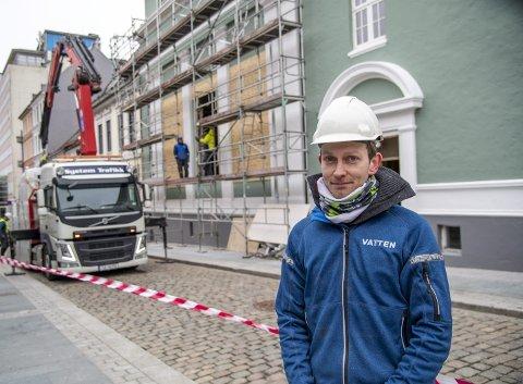 Her i det gamle Godtemplarhuset skal Petter Riise Boska og hans kompanjonger åpne nytt serveringssted. Onsdag ble det satt inn nye store vinduer i bygget.