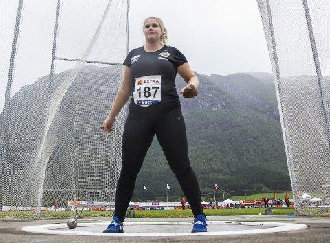 Helene Ingvaldsen hadde lyst til å slutte etter to tunge år i USA. I stedet ga hun satsingen en siste sjanse, og nå flyr sleggen lengre enn noen gang.