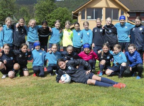 Fikk spille på gress: Sædalen Jenter 12 år fikk ikke reise til Voss Cup, men dro i stedet til Strandebarm hvor de hadde en treningsleir med trening på gress og mye sosialt samvær. FOTO: BERNT-ERIK HAALAND