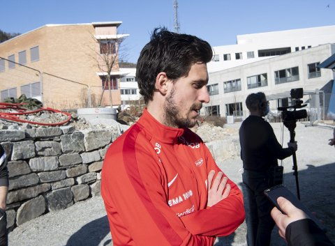 Daniel Pedersen har ikke akkurat vrengt sjelen etter det famøse nachspielet. Også etter Godset-kampen, der mange spillere delte mye, var kapteinen tilbakeholden. Nå krever Mons Ivar Mjelde at han vrakes som kaptein.