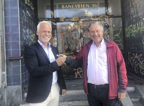 Direktør Tor Fredrik Müller i EGD Property gleder seg til å komme i gang med arbeidet for å fikse opp og bygge ut kontorbygget på Nøstet.  Her får han nøklene til bygget av selger Ole Jan Strønen.