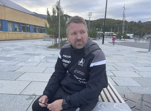 Morten Røssland innrømmer at han er inne i sin tyngste periode som Åsane-trener.