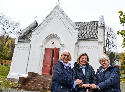 Endelig ferdig: 143 år gamle Tangen kapell er reddet og kan tas i bruk igjen. Her deler av kapellkomiteen som i sju år har arbeidet med kapellet. Jorunn Wiik (t.v.), Eva Stabæk og Rigmor Eriksen.