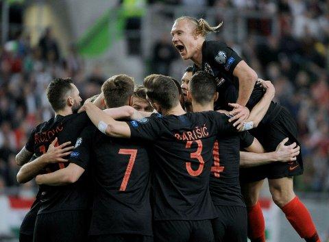 Luka Modric og Kroatia er blant midtukekupongens største favoritter i sitt hjemmemøte med Ungarn i kveld. Her jubler de kroatiske spillerne etter å ha scoret på bortebane mot Ungarn. Foto: Joe Klamar (AFP)