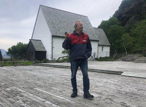 DUGNAD: Styreleiar i Kinnaspelet, Gustav Johan Nydal ville helst sett spelplassen på Kinn full av skodespelarar. Men entusiasmen og dugnadsinnsatsen til dei frivillige bøter på.