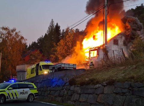 RØYK: Natt til onsdag begynte det å ryke frå branntomta igjen.