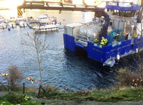 ULUKKE: Oppdrettsbåten «Sølvfisken» bistod i arbeidet med å få personbilen opp frå sjøen i Kalvåg.