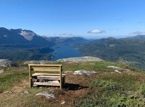 SUNNFJORDBENKEN: Jan Bjarte Skrøppa har plassert ut Sunnfjordbenken på Nordheia.