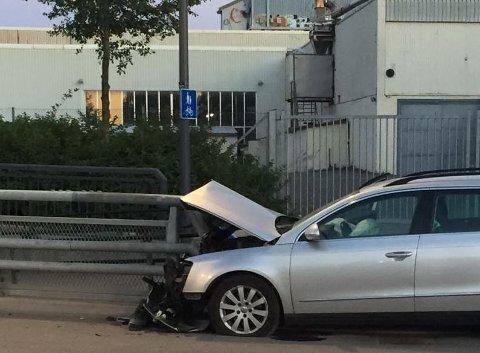 TRAFIKKUHELL LØRDAG KVELD: Bilist kjørte inn i autovernet på Mosseveien (Foto: Espen Andersen)