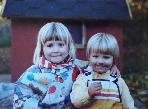 Åsalinn Arntzen Dale (til høyre), sammen med storesøster Sigrun, formet av en trygg barndom på Vesterøy, omgitt av barn og voksne som brydde seg.