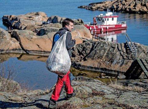 Evighetsjobb: Thomas Warren Eriksen i Skjærgårdstjenesten holder strender og holmer frie for søppel. Det er en evighetsjobb.