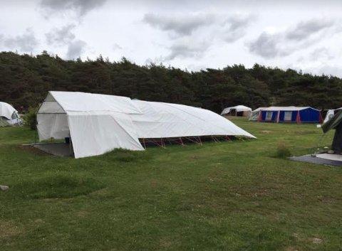 Mona Vauger mener at flere av teltene  på Storesand har blitt altfor store.