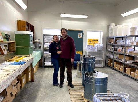 Solveig Kolberg (45) og Javier Trueda (47) i «Birøktsenteret» – den nyåpnede butikken på låven i Onsøy.
