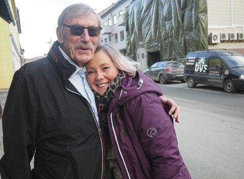 Hjertelig møte: Per Bjerke og kinosjef Renee Katrin Bjørstad ga hverandre en god klem da de møttes for første gang. – Jeg er glad for at Bjerke engasjerer seg i kinoen, sier Bjørstad. – Sporty jente, svarte Bjerke.foto: jan erik teigen