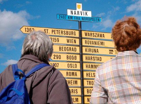 Riktig retning: Veiviseren med alle sine piler i Narvik sentrum er populær blant turistene. Nå begynner de økonomiske pilene til destinasjonsselskapet Visit Narvik å peke i riktig retning. Etter flere år med rigging av selskapet, skyter nå de kommersielle inntektene fart. Disse kommer blant annet fra direkte bookinger via Visit Narvik.Foto: Kristoffer klem Bergersen
