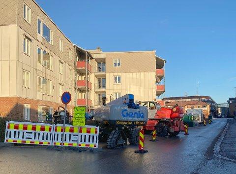 BALKONGER: Flere balkonger skal skiftes i Langgata 9. Arbeidet er allerede godt i gang.