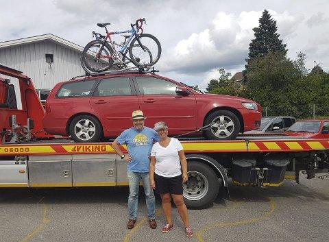Like blid: Til tross for den oppskakende hendelsen tar Michael og Ann-Cristin det hele med godt humør. Her er de på Skotterud hos Repseth Auto AS før de ble kjørt til Arvika.
