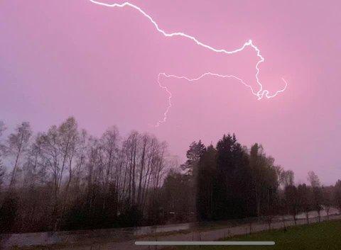 FARE FOR BULDER OG BRAK: Det kan bli mye lyn og torden til helga. (Bildet ble tatt på Kirkenær under tordenværet i midten av mai)