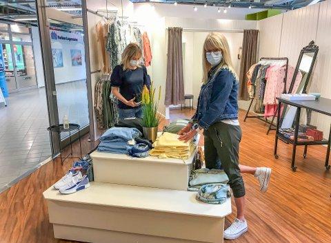 PAKKET IKKE SAMMEN: Daglig leder Külliki Haave (t.v.) valgte å la butikken bli værende lengre enn planlagt. Her er hun på jobb sammen med Lena Olsen. Til sammen teller staben nå fem stykker.