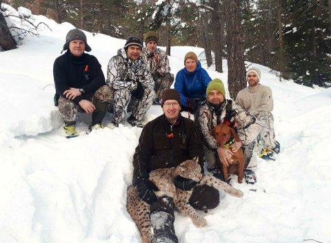 JAKTLAGET: Det var onsdag ettermiddag at det lokale jaktlaget felte gaupa ved Ørneberget i Lom.