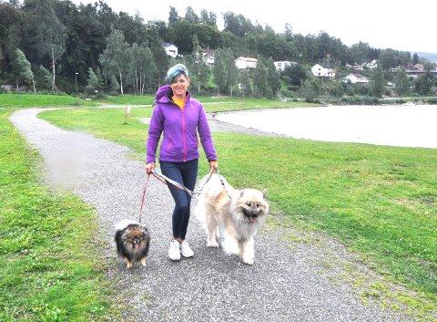 FÅR UFORTJENT KJEFT: Monica Lien Almestrand mener hunder og hundeeiere feilaktig får skylden for å ikke plukke opp avføring langs Strandpromenaden i Lillehammer. Her med eurasieren Isak (10) og Alvin (5), som er av rasen kleinspitz.
