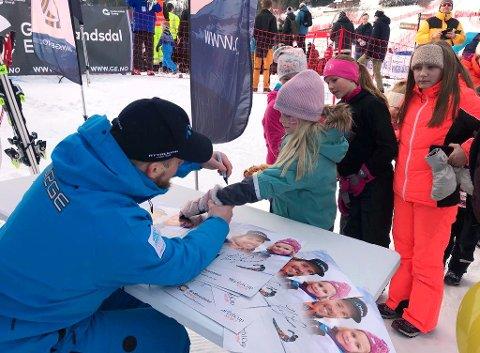 Etter rennet tok Jansrud seg god tid til å skrive autografer.
