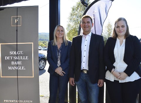 TRE I STABEN: Line Jorung, Vegar Volla og Karoline Horgen Nygård utenfor kontoret hos Privatmegleren Hadeland på Harestua.