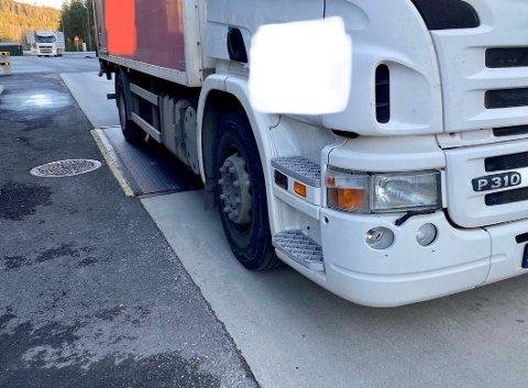 FOR UTÅLMODIG: Sjåføren av denne norske lastebilen skulle visst snart ha oppkjøring, men nå må han vente en stund etter å ha blitt stoppet på Varpet onsdag.