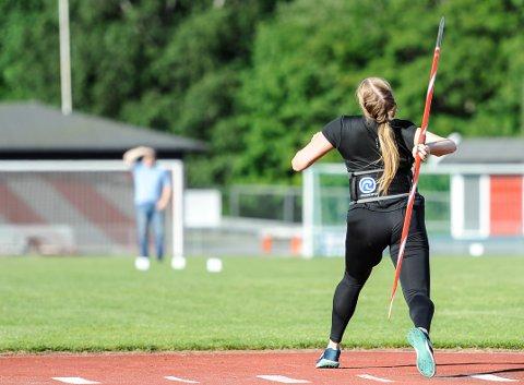 KREFTER: Det er mye krefter i sving når Emilie Ingerø og de andre spykasterne tester formen på Halden stadion.